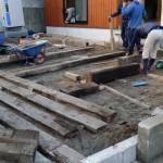 外部では庭師さんが連日、造園工事に大忙しで、 床暖房設備の業者さんが裏で作業中。 大工さんがデッキ造りをしているところに社長も お手伝い