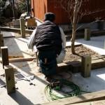 外部では庭師さんが連日、造園工事に大忙しで、 床暖房設備の業者さんが裏で作業中。
