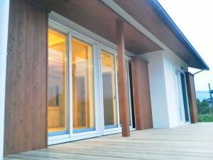 玄関ドアはオーダー。ガラスはペアの強化ガラスでサッシの窓ガラスと同じです。 木部はオールナットの塗装仕上げで、アンティークぽい良い雰囲気です。