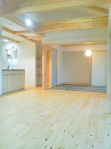 室内はパイン材と珪藻土の白をメインにしていますが、オーダーキッチンの天板はステンレス。