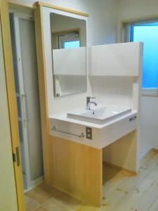 洗面台はスッキリっとしたタイル貼りのコンパクトサイズ。