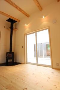 縦長の細っそりとした形に部屋のパイン材の白木系やタイル、珪藻土と白を基調とした素材を持ってきている中に黒のストーブがあると引き締まった雰囲気になりますね。