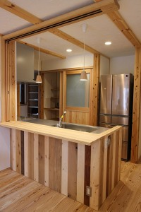 そしてリビングとキッチンスペースの床の下には温水床暖房が完備。 直ぐに暖かさを感じることが出来快適です。