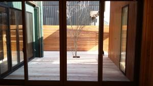 中庭を囲むように玄関・リビング・サンルームがあり、 間接・直接的に太陽の光が降り注ぐように窓も設置。