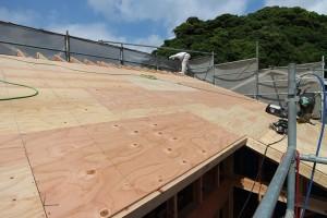 晴天に恵まれた棟上げ。   大工さんたちも大勢手伝いに来て下さり、 順調に作業が進んでいます。