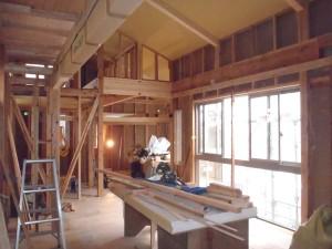 二階リビングは天井を高く、南側に光と風を取り込める窓を設置。 これがどのように変わっていくのかとても楽しみです。
