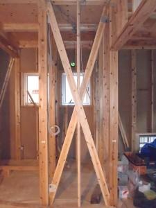 通常、大工さんが外壁の下地に耐力面材をぐるっと 張り、柱・梁・筋交いに構造用の金物を取り付けていきます。