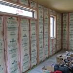 内壁にはグラスウールの断熱材を埋め込んでいきます。  (なぜ、内壁はグラスウール?と思われますが、下記の外壁材に特徴があります。) 壁全体に敷き詰めたグラスウールは、ふわっふわっの状態なので顔を埋めたくなりそうですが、ガラス繊維を細い糸状にして、綿のように仕上げているので体が触れるとチクチクしてかゆくなります。