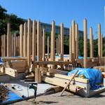 大工さんも土台敷き込に入り、その横ではデッキ用の鉄骨組み立て 作業、水道配管工事も並行して進めております。