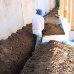 水道屋さんは、『この部分に仮設トイレがほぼ終了近くまで居座るので その前に配管を埋設しておきます』と穴掘りを黙々とされていました。