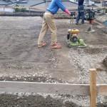 天気を見ながらの基礎工事。   地縄の周りをユンボで掘削、砂利を敷いて タッピングランマ―という機械で固めていきます。