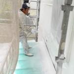 上記写真の柱の青○の中に付いている紙は 『ココから下に防蟻薬剤散布をしてあります』との お知らせです。 薬に黄色い着色もありますが、最近は透明色を お願いしてあるので、業者さんが確認の為に 貼ってあります。   後日、屋根外壁に断熱塗料スピンオフを施工中。
