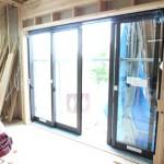 横にワイドですね。 両側に二枚引き込みなので、 開放感はあると思います。   各場所に置いていき、後程大工さんが壁に 窓枠を造ってからサッシ枠を取り付け、 ガラス窓が付きます。