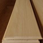 板には板目・柾目があり、同じ木材でも加工によって性質が異なってきます。  [柾目] 曲りや反りがなく、調湿性が優れているので収縮しても元に戻る性質がある。 木の年輪にほぼ直角になるように挽いた時に、きれいな縦縞模様として表れるもの。 1本の丸太からたくさん取れないため、値段も高い。