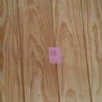 [板目] 強度があり防水に優れている。 幅広い木材が取れて、製材しやすいので安く木造住宅でごく普通に使われている。 年輪の模様が平行でなく山形や波型の模様が出てくる。  このような材木の性質を知り尽くしたお施主様のご希望で、柾目の床板・一部の壁板を張ります。  どのような仕上がりになるのかとても楽しみですね。