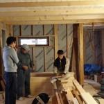 床板の材料が入っていたので、 社長、お施主さんと棟梁と床張について打ち合わせ中。