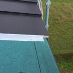 この日屋根の上では板金屋さんが屋根工事中。