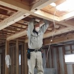 現場では棟梁が天井・壁を張る前に電気配線工事。 ある程度の位置まで配線を持ってきて、お施主様との電気配線・照明器具が決定次第次にかかります。