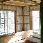 そして棟梁は『頑張って進めないと終わらない。』と断熱材を敷き詰め、天井板を二階から張り進めています。  こちらが顔を出すたびに工事の進みが早く、しかも、仕事の仕上げはとてもきれいにできています。