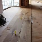 乱尺とは、 木の板材などで、長さが一定でなく、 いろいろな長さのものを総じて言います。   乱尺の床材を張っていくと、継目が不規則になり、 このような張り方を「乱張り」若しくは「乱尺張り」と言います。 (資料参照)