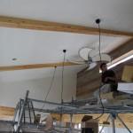 外部の足場は取れましたが、内部は吹き抜け天井の作業の為、足場が組まれ左官屋さんの珪藻土仕上げ終了後、電気屋さんが照明器具とシーリングファンの取り付け。  このシーリングはお施主様の支給で羽根は帆布、かっこいいです。