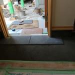 住設の取り付けや玄関タイル貼りが終われば、床の養生剥ぎです。