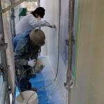 二階部分の塗りに西洋漆喰をエアガンで吹付てから左官屋さんが素早く鏝で仕上げ。