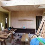 この他お施主様のご希望で、あらゆる場所で色々な素材を使ってアクセントを付けたいとのこと。 まず一つ目、リビングの壁に紫檀の板。 床材なのでランダムに。しかし、天井までの割り付けは綺麗にしないといけないのと、木が硬いのでビス止めは苦労したようです。