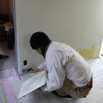 内壁の漆喰仕上げ中。