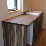 洗面カウンターもキッチン同様オーダーにしてあり、 カウンタ―の下には脱衣籠が収納できるスペースも取ってあります。