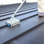 前回、土間のある家で紹介しました屋根工事では『通常は機械でガルバリウム鋼板をかみこませるのですが』と案内をしました機械がここにあります。 スーと動かすと、ローラーが締めていくので、作業時間が違うようですよ。