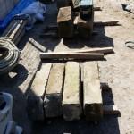 近くで庭工事も進んでいます。 切り石を積み上げ、擁壁隠しの塀を作り、ブリックタイルを重ね土を盛り隠れキャラのキリンを刻み? (お施主様のご希望で、庭師さんのお手製でとっても上手)