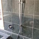 お施主様ご要望の浴室の壁は床と同じ研磨された石を貼り、(遠赤外線を発するらしい。) そして、一部『高野槇』を壁に仕様。(すっごい木の香りが充満しています。)