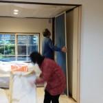 その後襖屋さんが、押入れの襖と障子の搬入。 和室の業者さんが被らないように時間調整をしましたが、そこは人間の作業なので若干のずれはあり、テンヤワンヤの状態。