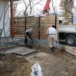 最終段階で庭師さん・塗装屋さん・薪ストーブ屋さんが来られました。 駐車場が側への土留めづくり。