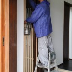 玄関と土間を仕切る引き戸の塗装。 格子状にして後程ガラスを入れ込むので、向き合った板と板との隙間を塗るのと余分な塗料を拭き取るのがとても大変そうな工事でした。