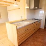 キッチンは半オーダーで、手元もバック収納も収納力はバッチリ。リビング側にも収納棚。