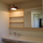 洗面所のタオル掛けは一人ひとり用に長いバーを取り付け、収納棚はスライド式の鏡付引き戸。 階段下収納は今までにない高さと奥行を兼ていますので、ここもまた、たくさんの収納スペースとして活用が出来ます。