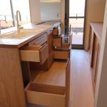 長野県の家具屋さんで打ち合わせをした、こだわりの栗材のオーダーキッチン。 天板、引き出し、扉まで栗材ですが、バック収納・リビング側の収納の板は消臭+抗菌を兼てモミ材を使用。