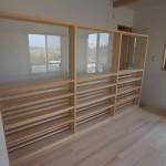 二階は子供室+寝室+ウォーキングクローゼット+読書スペース ソファーを置いてゆっくり読書を楽しめるスペースとなっております。
