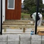 棟梁はデッキと木塀造りに取り掛かり中。 相変わらず早いです。デッキ工事を前日に済ませると敷地南・東面の木塀を(隙間を均等にあけるお手伝いを少ししましたが、あまり役に立たず。)夕方までには完成。
