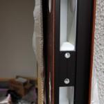 玄関先ではサッシ屋さんが仮のドアを外し、本扉を設置中。 この穴にシリンダーが収まるようですね。 (ドアの中初めて見ました。)