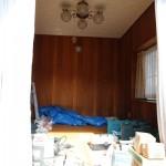 大工さんはその合間に縁側の天井・床板張りや他の部屋の解体を進めます。