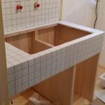 洗面台を大工さんに制作していただき、左官屋さんにタイル張りをお願しました。
