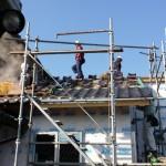 外部の下地が済むころ屋根の瓦葺き工事がありました。