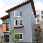 外観はかっこ良さを出すために、片流れの屋根・仕上げ材にシルバーメタリックのガルバリウム鋼板を使用。 シャープでおしゃれな外観に仕上がっております。