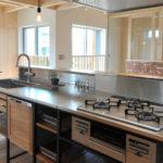 キッチンはフレームキッチンを設置。 シャープなフレームにオープン収納スペースがとてもおしゃれなキッチンです。