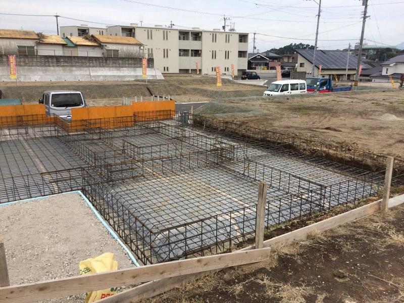 丁寧に擁壁廻りを埋め戻して、住宅部分のベタ基礎の床掘り~配筋を行います。