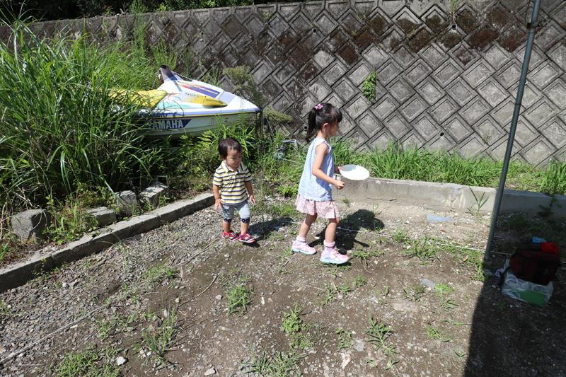 今回は、お子さんたちも一緒に土地のお清めのお手伝い。