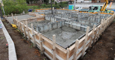 コンクリート打設も無事完了して養生期間後に型枠を外していきます。